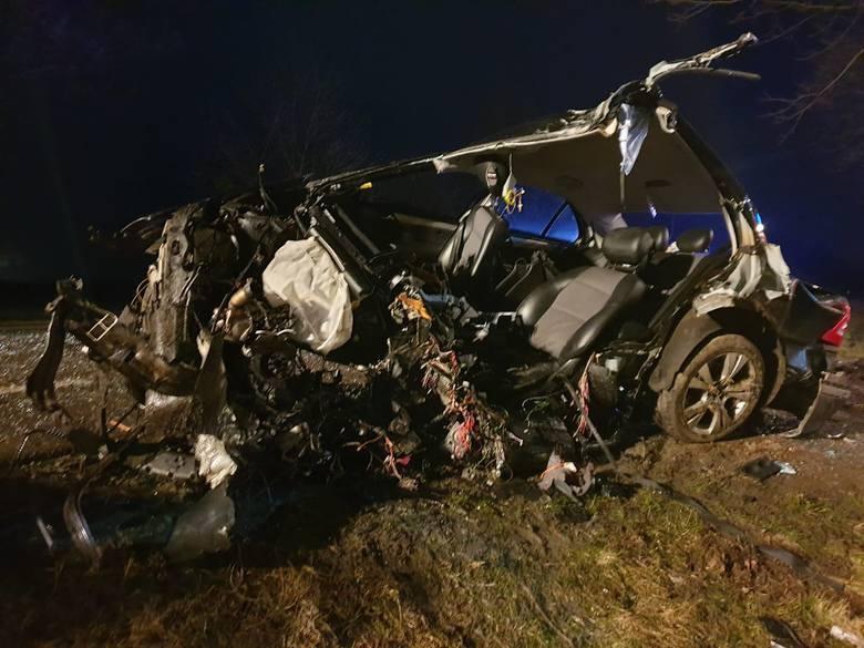23-letni kierowca mercedesa zginął w wypadku, do którego doszło w nocy 8 marca 2020 roku w Suchej na drodze krajowej 94. 18-letni pasażer trafił z obrażeniami