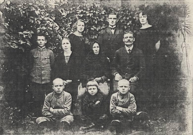 Sierpień 1926 roku. Rodzina Wojciechowskich. U góry od lewej: Róża, Kazimierz, Maria; w środku: Jan, mama Karolina, babcia Anna, ojciec Adolf; na dole: Michał, Aleksander, Józef
