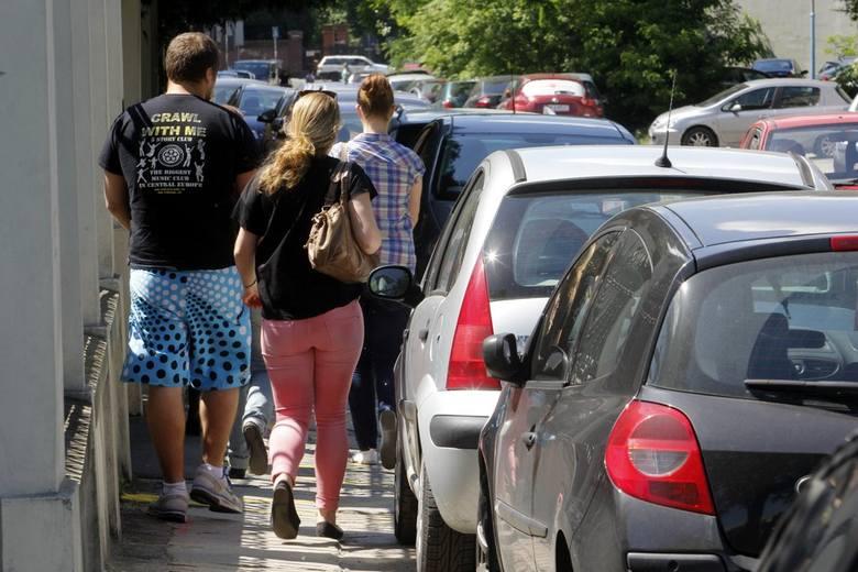 Straż miejska: Koniec parkowania na Księcia Witolda. Na razie karteczki, za chwilę mandaty (ZDJĘCIA)
