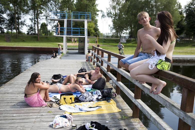 Białostoczanie chętnie też jeżdżą nad zalew w Wasilkowie. Jest woda, plaża i co ważne - ratownik. Woda w każdym z wymienionych kąpielisk została zbadana
