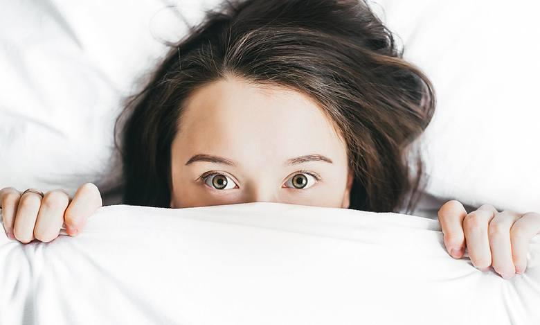 Wielu z nas często narzeka,  że budzi się co noc o godzinie 3.00, ma problemy z zaśnięciem pomiędzy 21.00 a 23.00 itp. Okazuje się, że takich sytuacji