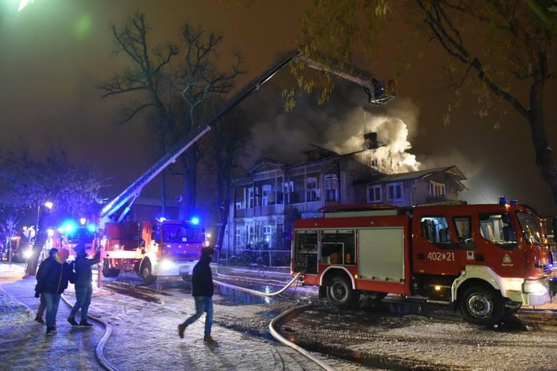 Siedemnaście zastępów straży pożarnej cztery godziny walczyło wczoraj z pożarem domu w Ciechocinku. Ogień strawił poddasze. Co z zamieszkującymi budynek