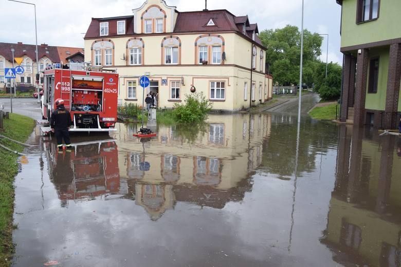 Kilkunastominutowa ulewa z burzą przeszła nad Miastkiem. Intensywne opady spowodowały wiele podtopień, zalało piwnice. Pełno wody jest m.in. przy ul.