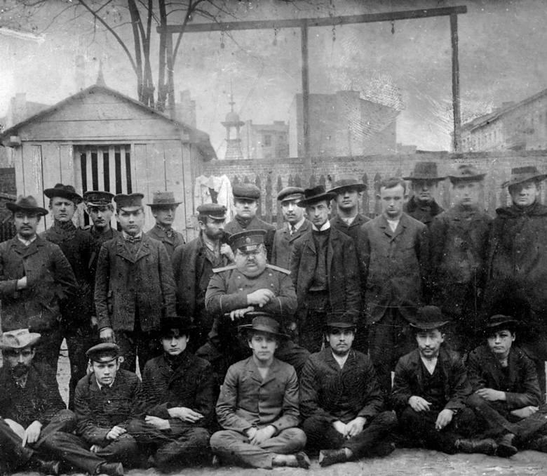 Przymusowa fotografia więźniów z zakładu przy ul. Długiej (Gdańskiej) w Łodzi z 1907 r. Z przodu, ostatni od lewej siedzi Edward Dłużewski