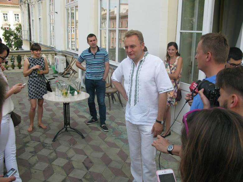 Prezydent Lwowa Adriy Sadovyi jest młody i otacza się młodymi, którzy nie mają kompleksów ani wobec zagranicy, ani wobec rządu w Kijowie. Przeciwnik centralizacji.