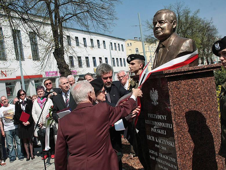 Odsłonięcia popiersia dokonał m.in. Zbigniew Zelmański, inicjator jego budowy.