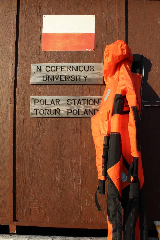 Flaga i nazwa stacji widoczna na jej wejściu