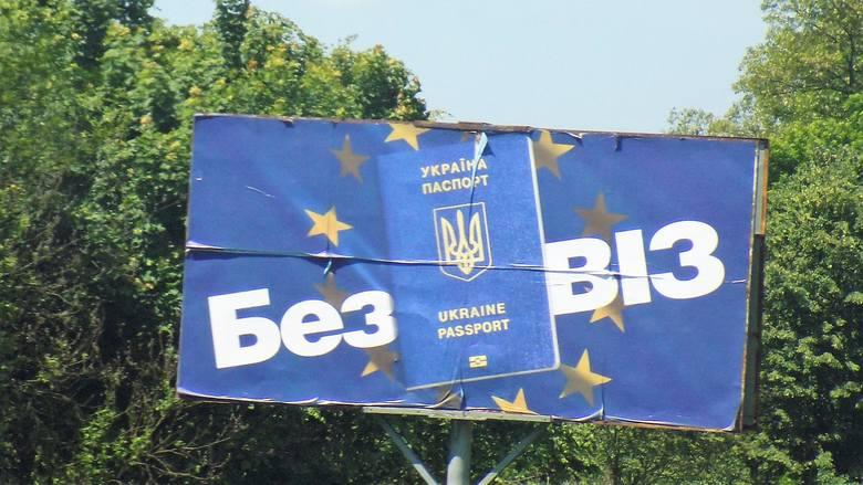 Ukraińcy cieszą się ze zniesienia wiz wjazdowych do Unii Europejskiej. Nz. bilboard na drodze Mościska - Szeginie, prowadzącej do przejścia granicznego z Polską.