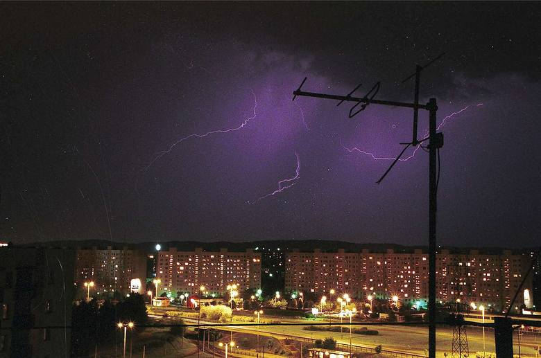 Burze pogodowe mają niewielki zasięg i nie zmieniają pogody poza strefą oddziaływania. Charakteryzują się niekiedy dużą intensywnością wyładowań elektrycznych.
