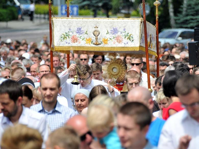 Tysiące wiernych na procesji Bożego Ciała w Krośnie [ZDJĘCIA]
