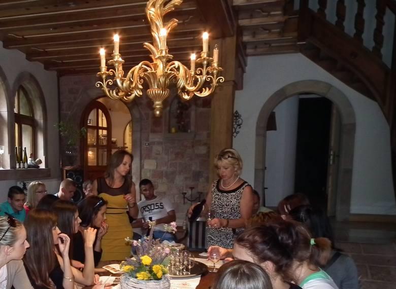 Winny biznes w AlzacjiKażda wizyta w winnicy połączona jest z degustacją, którą prowadzi Marta Wach.