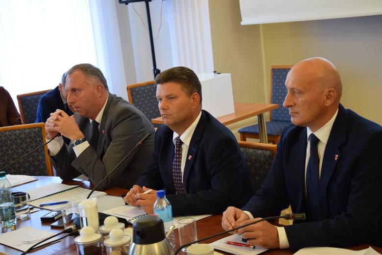 Z inicjatywy m.in. przewodniczącego rady Tomasza Akulicza (w środku) budowa biogazowni stała się nieaktualna
