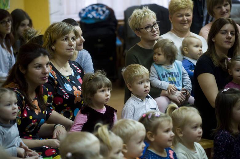 W czwartek w Żłobku Skrzat przy ulicy Lelewela w Koszalinie odbyło się wspólne kolędowanie. Żłobek odwiedziła skrzypaczka z Filharmonii Koszalińskie