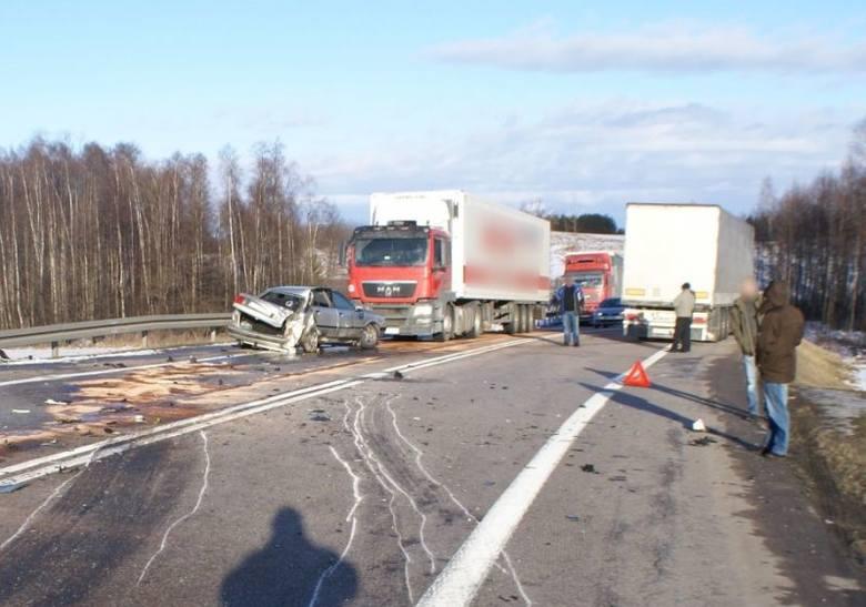Ze wstępnych policyjnych ustaleń wynika, że mężczyzna kierujący ciężarowym volvo najprawdopodobniej nie dostosował prędkości do warunków panujących na