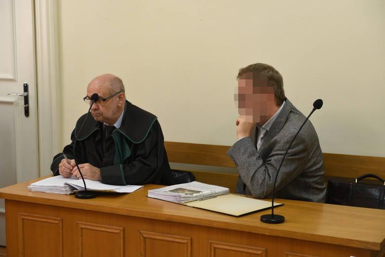 Piotr Sz. podczas rozprawy apelacyjnej w Sądzie Okręgowym w Toruniu, z adwokatem Janem Kwietnickim. Sąd wysłał go na 2 lata do więzienia.