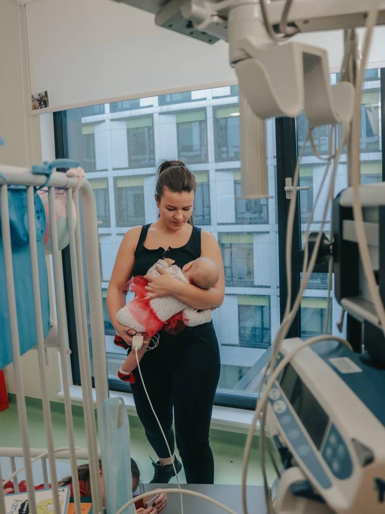 Tuż po porodzie rodzice widzieli się z Julką tylko przez chwilę. - To pana córka, samodzielnie oddycha - usłyszał w biegu tata dziewczynki, czekający na korytarzu. Julkę natychmiast przewieziono w inkubatorze na OIOM.