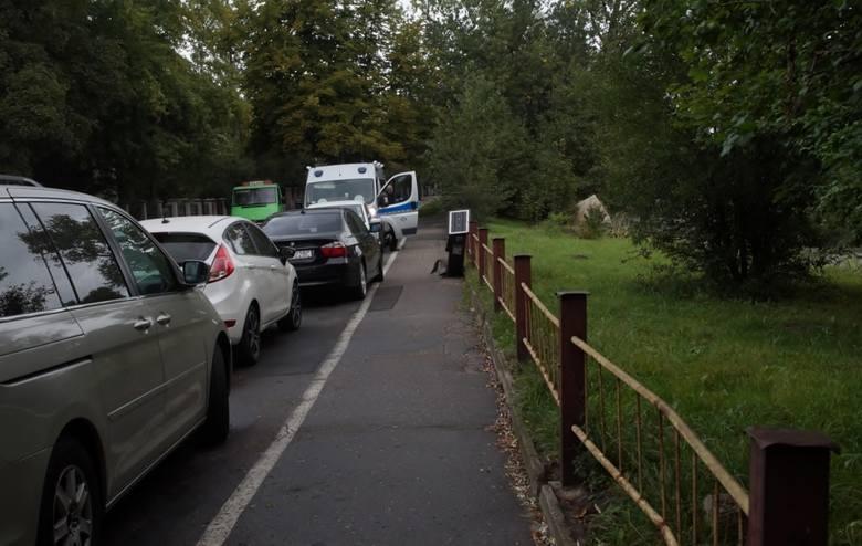 Albo akt wandalizmu, albo kolizja, ewentualnie próba kradzieży parkomatu, mieszczącego się przy ul. Wandy w Słupsku, miała miejsce w nocy z środy na
