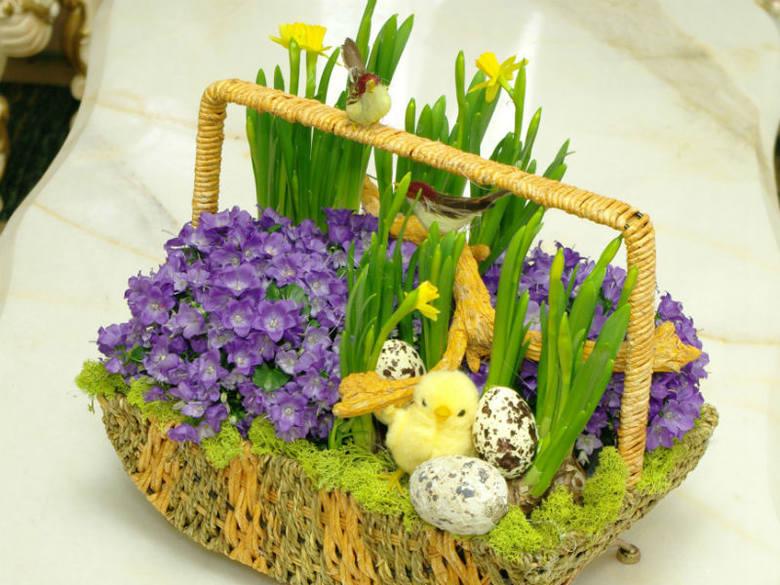 Dekoracje stołu powinny stanowić różnego rodzaju stroiki, kompozycje lub świeże kwiaty w wazonach