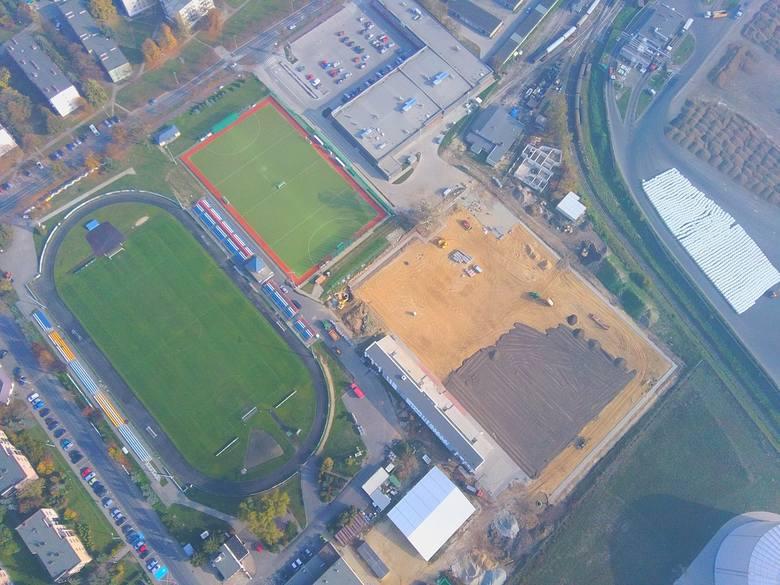W Środzie Wielkopolskiej powstaje nowy stadion. Co prawda, termin wykonania mija w tym roku i nie uda się go dotrzymać, ale regularnie widać postępy