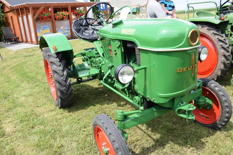 Szyk farmera? Wyjechać z zagrody starym traktorem!