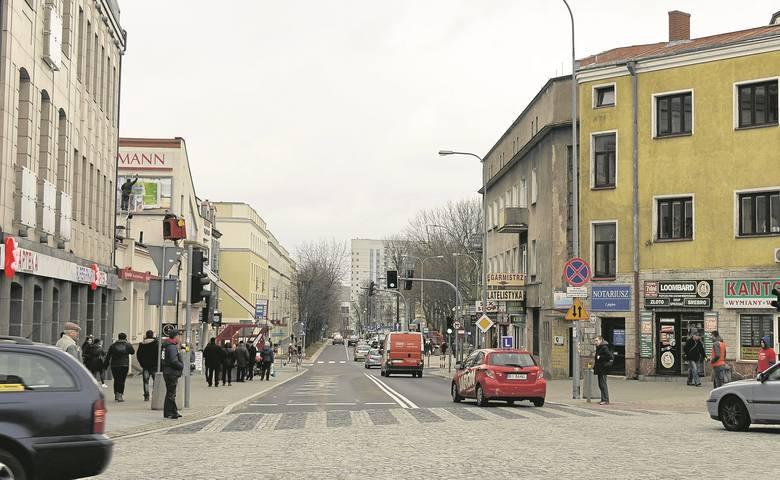 To samo miejsce współcześnie, czyli skrzyżowanie ul. Lipowej z Malmeda. Ta ostatnia kiedyś nosiła nazwę Kupiecka, zmieniono ją na cześć Icchoka Malmeda,