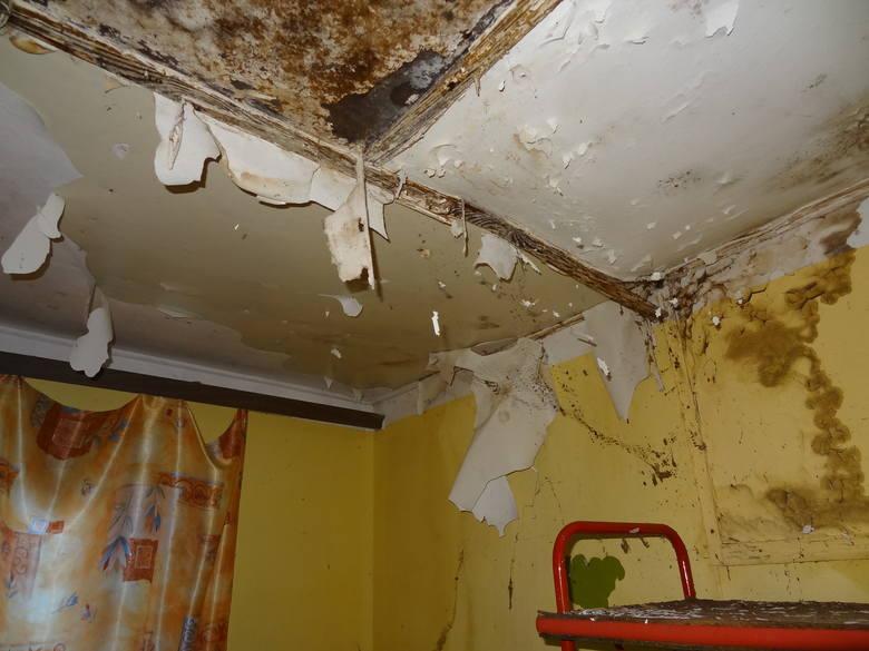 Wnętrza, co widać przez wybite okna, straszny bałagan.