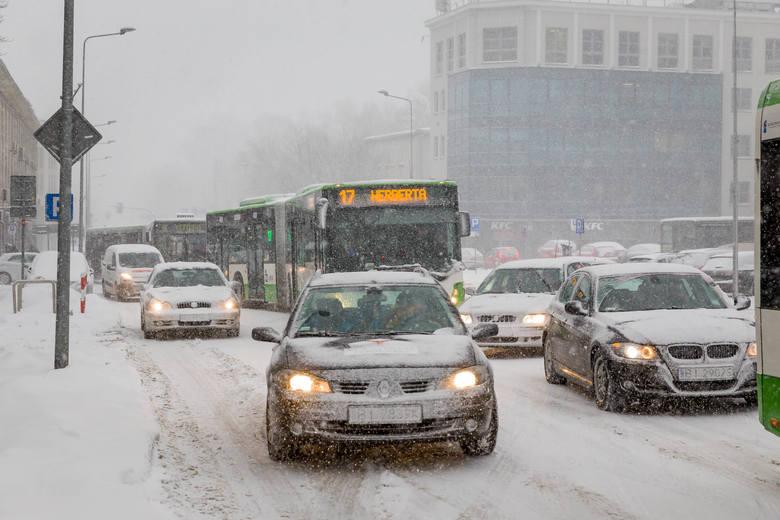 We wtorek na drogach w województwie doszło do całkowitego paraliżu. Nad Białymstokiem i innymi miejscowościami w województwie przetoczyły się śnieżyce,