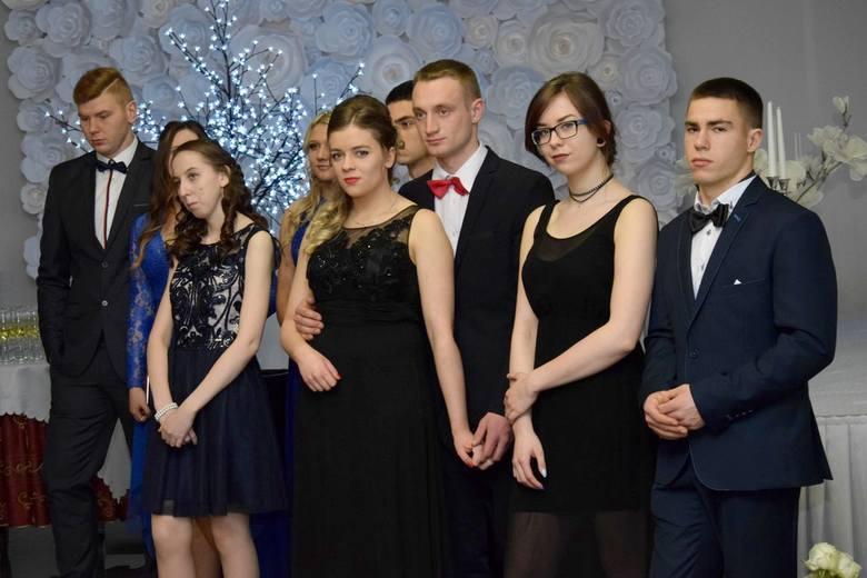 W sobotni wieczór poloneza zatańczyły cztery klasy tegorocznych maturzystów z placówki przy ulicy Dworcowej w Chojnicach. Podczas podzielonego na dwie
