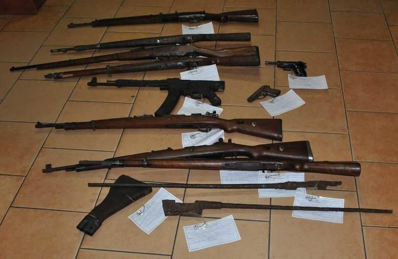 W mieszkaniu 45-letniego mieszkaniec Łabiszyna policjanci znaleźli broń palną z czasów II wojny światowej oraz ostrą amunicję.Do zdarzenia doszło we