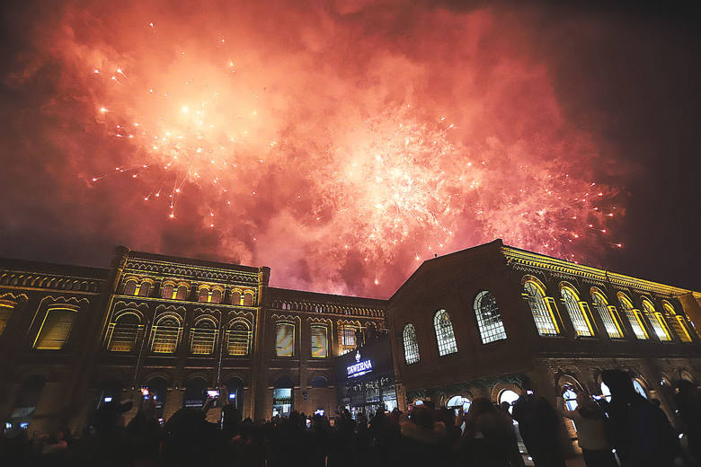 Wielkim pokazem sztucznych ogni łodzianie powitali Nowy Rok [ZDJĘCIA]