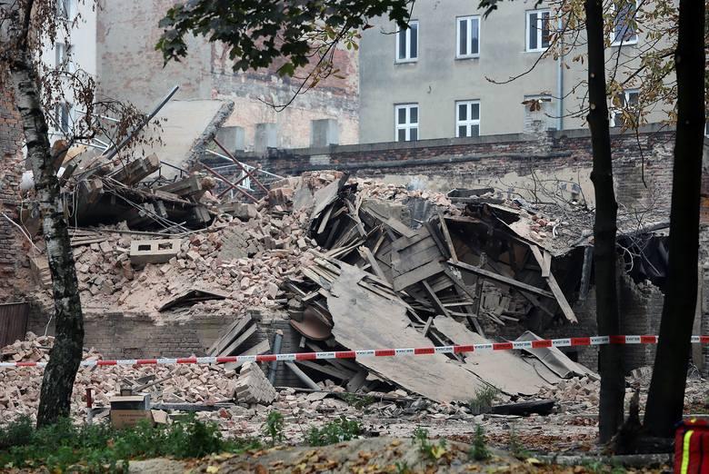 Kamienica przy Rewolucji 1905 r. zawaliła się po godz. 9 w piątek. Budynek był remontowany. W trakcie zawalenia się części kamienicy było na placu budowy