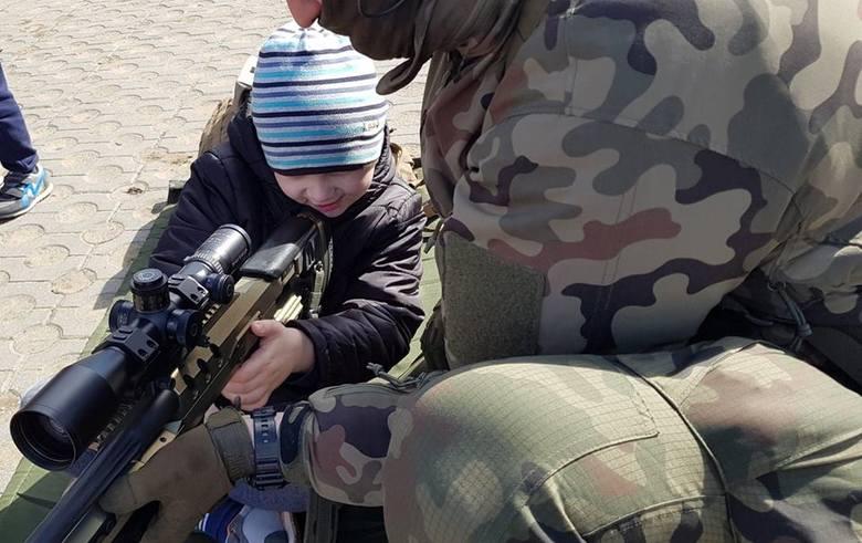 Podlaska Brygada Terytorialna zaprezentowała sprzęt w Łapach. Żołnierze chętnie pozowali do zdjęć