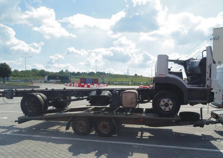 Odpady, części samochodu ciężarowego zostały  zabezpieczone przez funkcjonariuszy Służby Celno- Skarbowej z Oddziału Celnego w Medyce.  Stan pojazdu