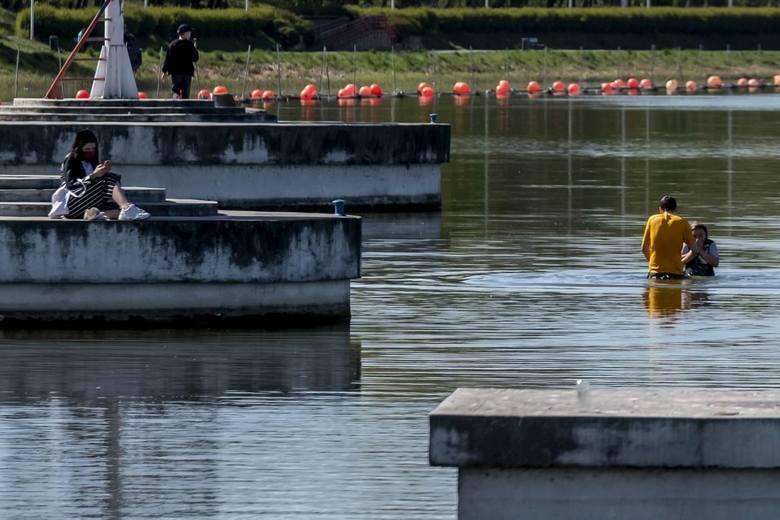 Okazuje się, że koronawirus niektórym niestraszny. Słoneczna pogoda w czwartek zachęciła pierwszych śmiałków do kąpieli w Jeziorze Maltańskim. Inni postawili