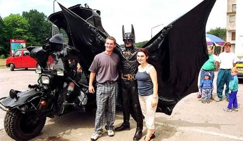 Któż nie pamięta Batmana! Ponad 20 lat temu w charakterystycznym czarnym stroju ze skrzydłami i maską na twarzy zajeżdżał swoim równie oryginalnym pojazdem