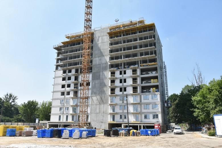 Po zaledwie pięciu miesiącach od rozpoczęcia budowy, zawieszono wiechę na pierwszym z dwóch budynków osiedla wznoszonego   przez Varitex przy al.  Mickiewicza