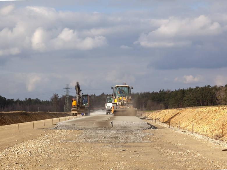 Droga o długości 6,1 km będzie poprowadzona nowym śladem omijając Malnię i Chorulę od północy i doprowadzi ruch do ronda pomiędzy Krapkowicami a Gogolinem.