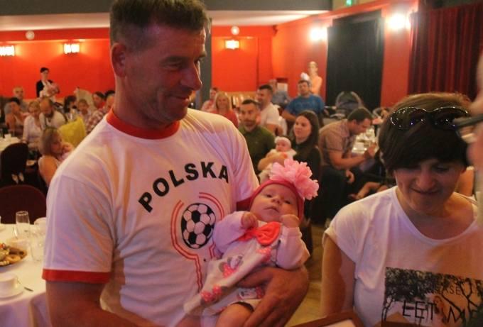 - To już piąte nasze dziecko, ale po raz pierwszy mamy taką niespodziankę – chwalił pomysł Andrzej Szymczykowski (na rękach trzyma dwumiesięczną Ant