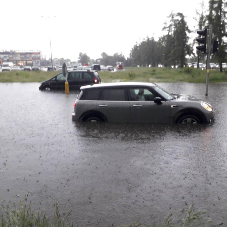 """Po burzy zalane ulice Rzeszowa. """"Studzienki nie wyrabiają i metr wody"""" [ZDJĘCIA]"""