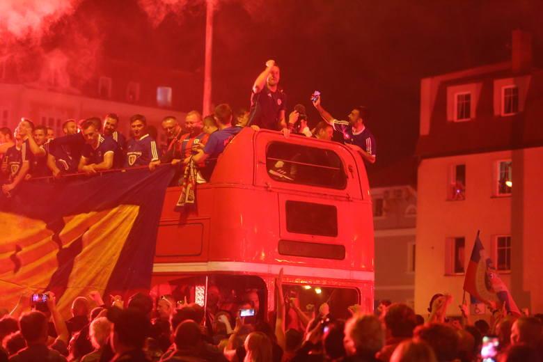 Kibice Piasta świętowali wraz z drużyną jej pierwszy w historii tytuł mistrzowski. Odpalali race, śpiewali, dziękowali piłkarzom i trenerowi
