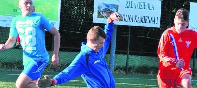 Abstynenci (niebieskich strojach) są jednymi z ćwierćfinalistów wakacyjnego turnieju Dolna Kamienna 1 w kategorii juniorów.