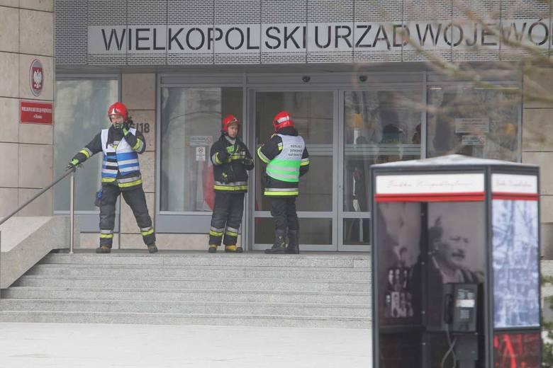 Przyczyną była wiadomość o rzekomo znajdującej się wewnątrz budynku bombie. Na miejscu pracują też policyjni saperzy.<br /> <strong>Przejdź do kolejnego zdjęcia ---></strong><br />