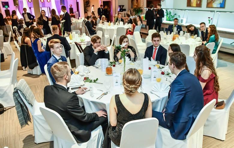 Tegoroczny sezon studniówkowy rozpoczynają uczniowie Technikum Chemicznego w Bydgoszczy. Zobaczcie jak się bawili w Hotelu City.
