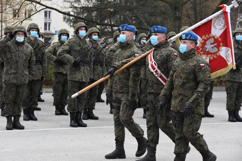 Żołnierze z całej Polski złożyli przysięgę w Kielcach. To było wspaniałe widowisko. Wielu oglądało je zza...płotu [ZDJĘCIA]