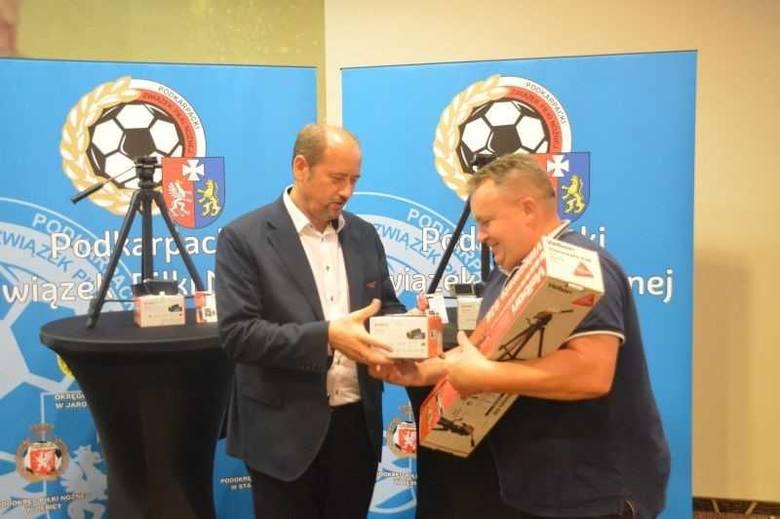 4-ligowe kluby z Podkarpacia otrzymały kamery wideo wraz ze statywem oraz kartą pamięci [ZDJĘCIA]