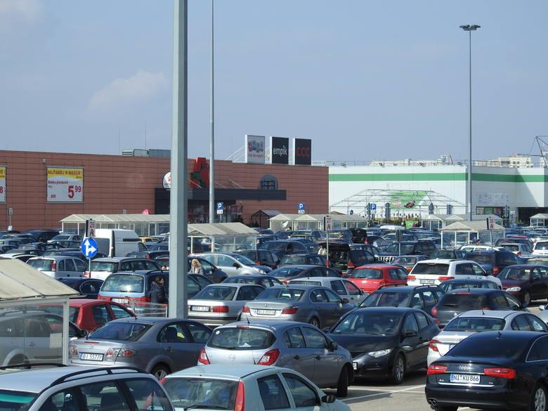 Mimo wczesnego piątkowego popołudnia, białostockie galerie handlowe i markety są już tłumnie oblegane przez białostoczan. Trzeba pamiętać, że z każdą