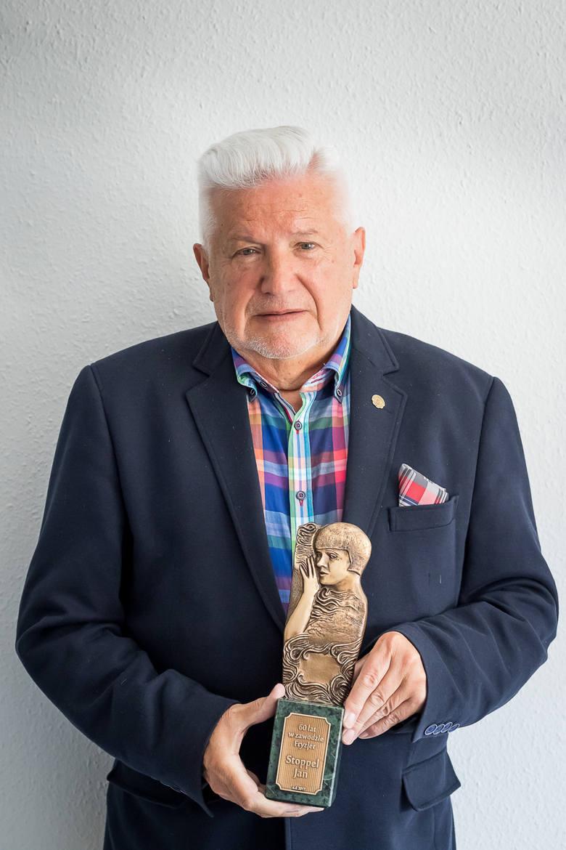 Pan Jan ma niezliczoną ilość odznaczeń i statuetek. Ostatnia jaką dostał jest wyjątkowa, bo od rodziny.