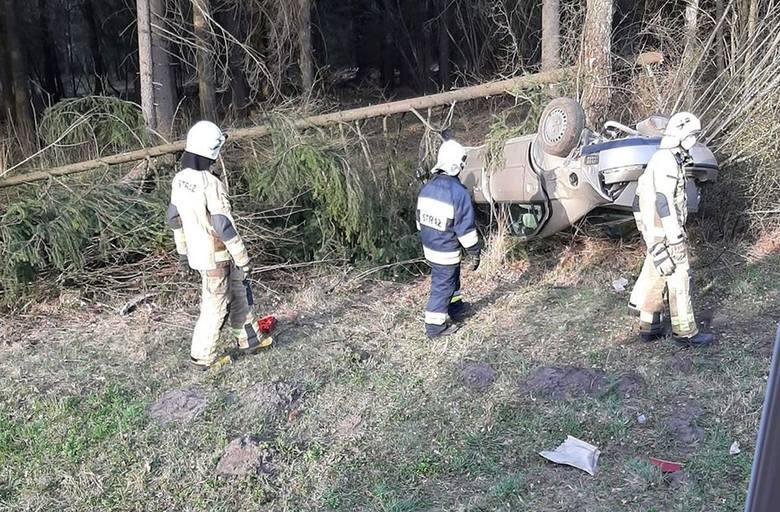 Chraboły. Wypadek na drodze krajowej nr 65. Auto dachowało