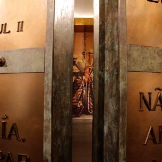 6.<br /> DRZWI ŚWIĘTE<br /> Dokładnie 37 lat temu Ojciec Święty otworzył w bazylice św. Piotra Drzwi Święte, inaugurując rok jubileuszowy z okazji 1950 rocznicy odkupienia. Jak wyglądają drzwi, które są symboliczną bramą do uzyskania szczególnego odpustu? Na co dzień ich kopię – ważącą bagatela...