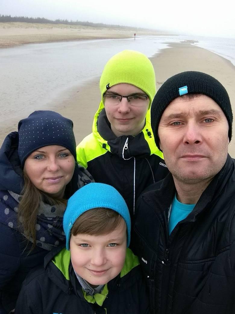 Rodzina Surowców w komplecie: Patryk, rodzice Anna i Tomasz, młodszy brat Bartek.